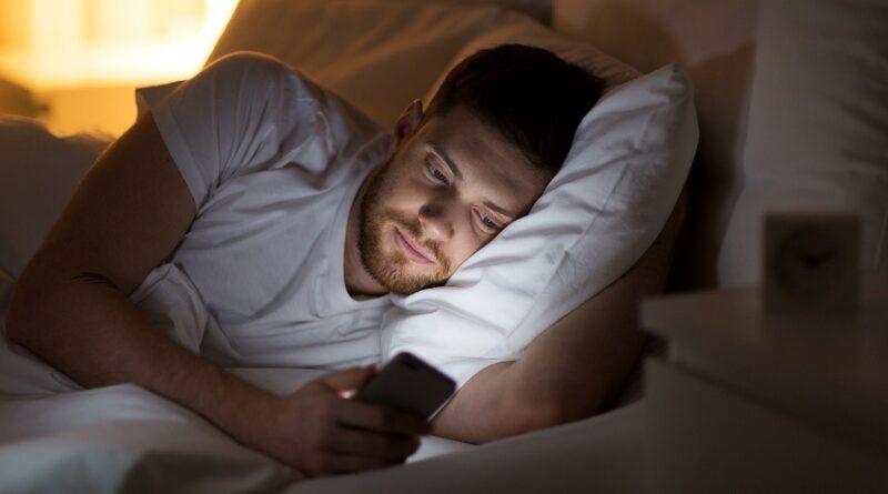 Smartphone: 19,5 milioni a letto, 11 milioni in bagno